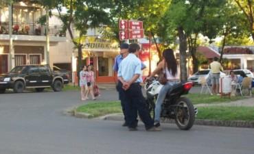 Motociclista indocumentada escapa en un control de tránsito
