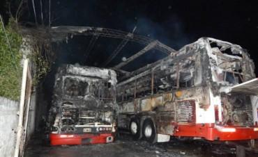 En Santa Elena, incendiaron dos colectivos municipales