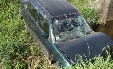 Auto se introduce en la Cañada Los Tigres
