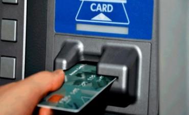 Cajeros en el exterior: usarlos puede costar más de $300 por extracción