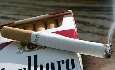 Informan que es ilegal que se cobre un adicional sobre el precio de cigarrillos