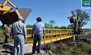 El municipio colocó el puente peatonal en calle Belgrano