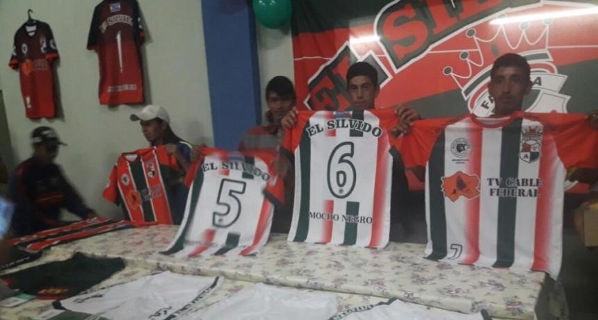 El Silvido presento su indumentaria para la temporada 2018 .