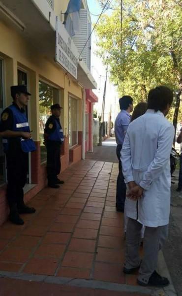 Fuerte custodia policial impidió que Docentes tomaran la Departamental de Escuelas de Federal