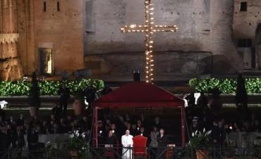 En el Viernes Santo, Francisco encabezó el Vía Crucis en el Vaticano