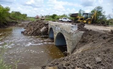 Trabajan en mejorar desagües y alcantarillas en caminos del departamento Federal