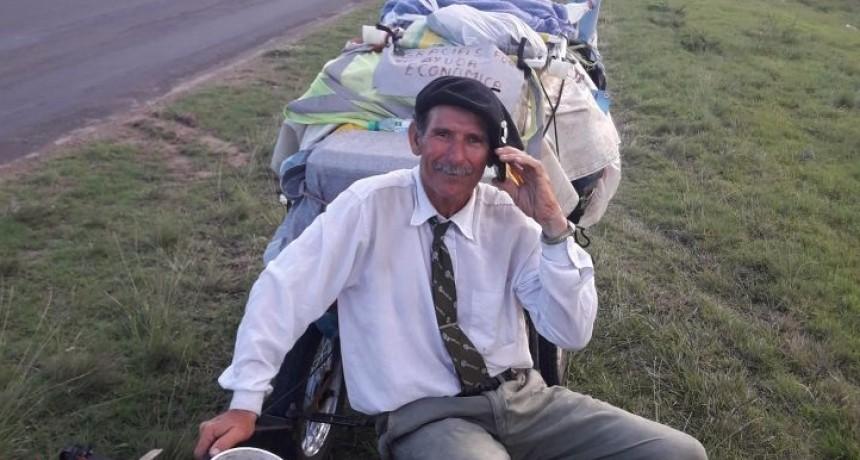 El hombre que camina desde Ushuaia hasta Alaska hizo paso por Federal.
