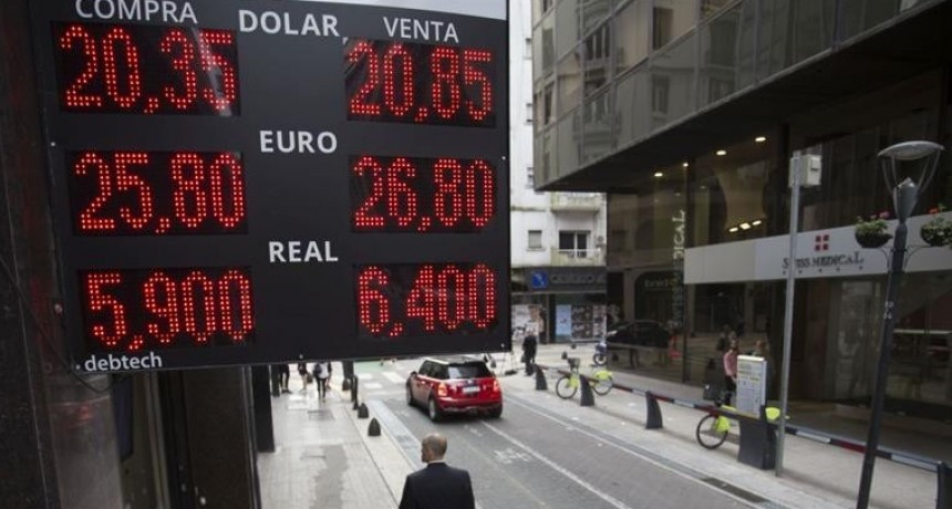 Pese a vender cerca de u$s 900 M, el BCRA no logró frenar al dólar: trepó 29 centavos al récord de $ 20,84