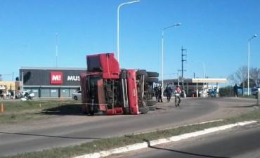 Volcó un camión cargado con Ajo en la rotonda sur de la 127