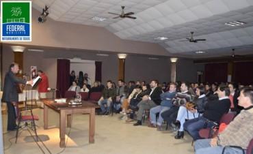 Federal aplaudió de pie la nueva obra literaria de Roberto Romani