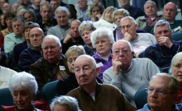 Suben a 65 años la edad jubilatoria para mujeres a las que les faltan aportes