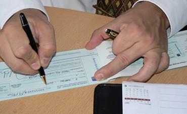 Estudian reducir la alícuota del distorsivo impuesto al cheque tras 16 años