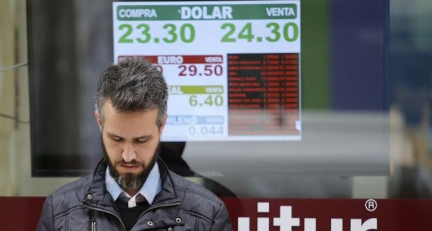 El dólar cruzó por primera vez los $ 24, pero el BCRA vendió más de u$s 1.000 millones y cerró a $ 23,79 (en la semana saltó 7%)