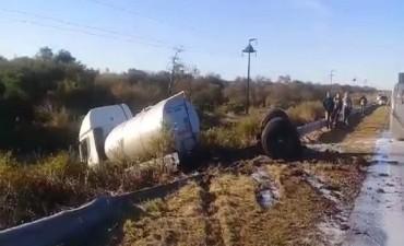 Un camión lechero quedó atravesado sobre la cinta asfáltica tras volcar en la ruta 127