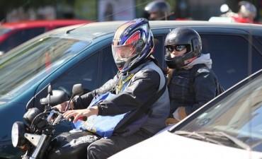 Por ley, buscan prohibir que ande más de una persona en moto