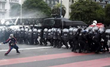 Brutal represión a protesta social en la avenida 9 de julio