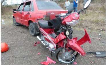 En la ruta 20  choque entre una moto y un auto dejó a adolescente gravemente herida
