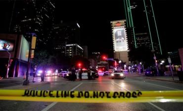 Tensión racial en EEUU: Cinco policías murieron en un tiroteo en Dallas