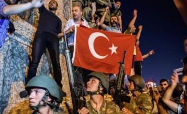 Máxima tensión en Turquía por un sangriento intento de golpe de Estado