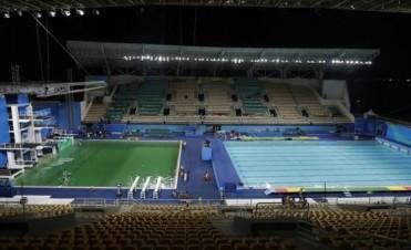 Por qué el agua de la piscina olímpica se volvió verde