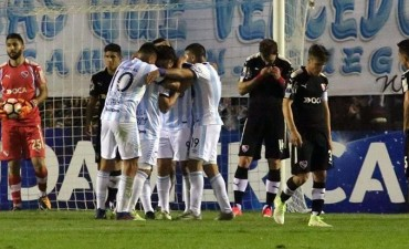 Atlético Tucumán golpeó primero ante Independiente, pero la serie está abierta