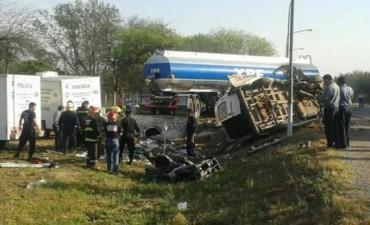 Tragedia en Santiago del Estero: 11 muertos por un choque entre un camión de YPF y una combi