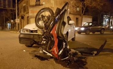 Grave accidente entre un automóvil y una motocicleta