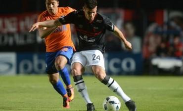 Colón-Talleres de Córdoba: los sabaleros ganaron con un penal, pero la falta fue afuera del área y es único puntero