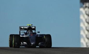 Rosberg terminó mejor un día dominado por Mercedes