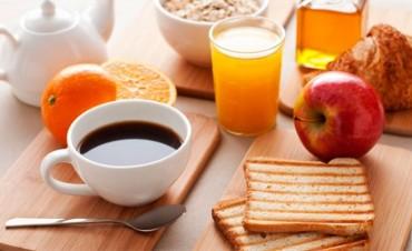 Explican por qué las personas que no desayunan tienden a engordar