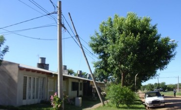 Preocupación de vecinos por un poste de Telecom a punto de caer