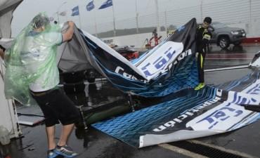 Las carpas por el aire: Video del comienzo del temporal en el autódromo