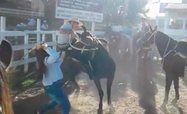 Federal :  Pelea a rebencazos entre dos paisanas en una fiesta tradicionalista