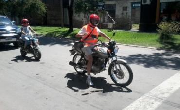 Motociclista que cumple con las normas de Tránsito