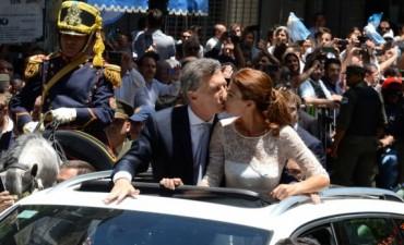 Mauricio Macri salió al balcón de la Casa Rosada para saludar a la multitud que lo aclamaba