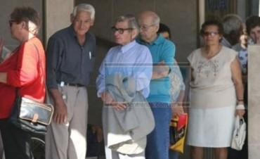 Oficializan el pago de un bono de mil pesos a jubilados que cobran la mínima