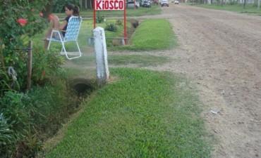 Vecinos que cortan el pasto hasta el borde de la calle