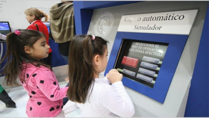 Cómo funcionan las cajas de ahorro y tarjetas de débito para menores