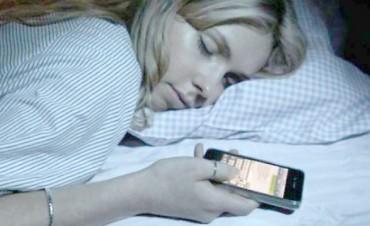 El peligro de dormir con el celular al lado