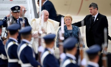 Francisco pisa suelo chileno y fue recibido por Bachelet