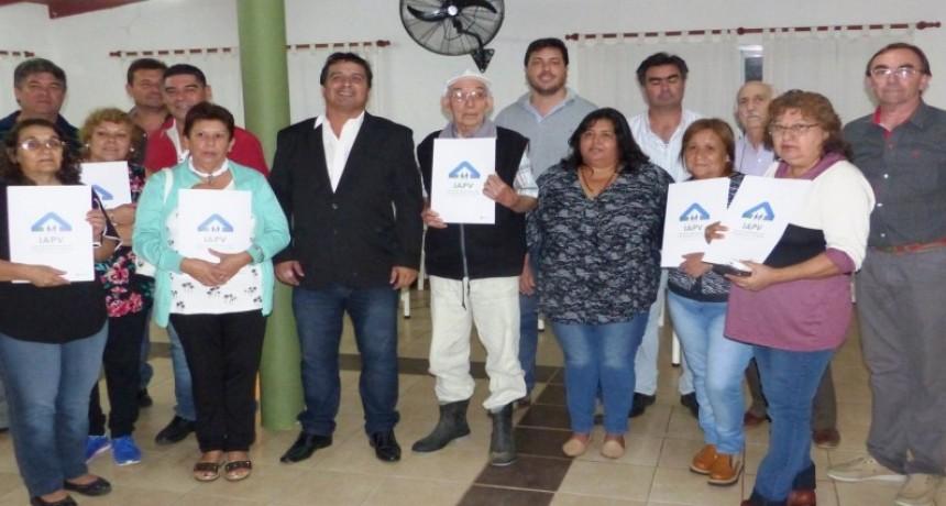 El gobierno entregó escrituras de viviendas a familias de Conscripto Bernardi y Sauce de Luna
