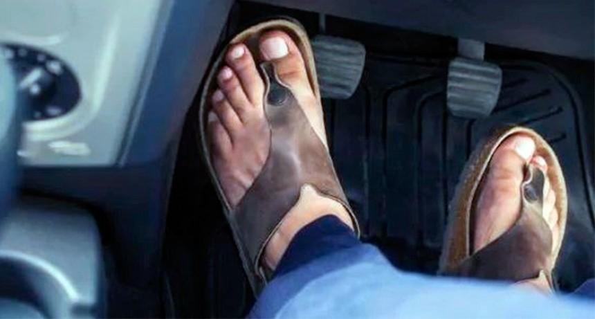 Lo multaron por manejar en ojotas: Cuál es el calzado autorizado para conducir
