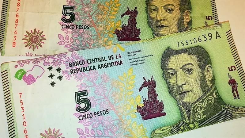 Postergan un mes el retiro de circulación de los billetes de 5 pesos