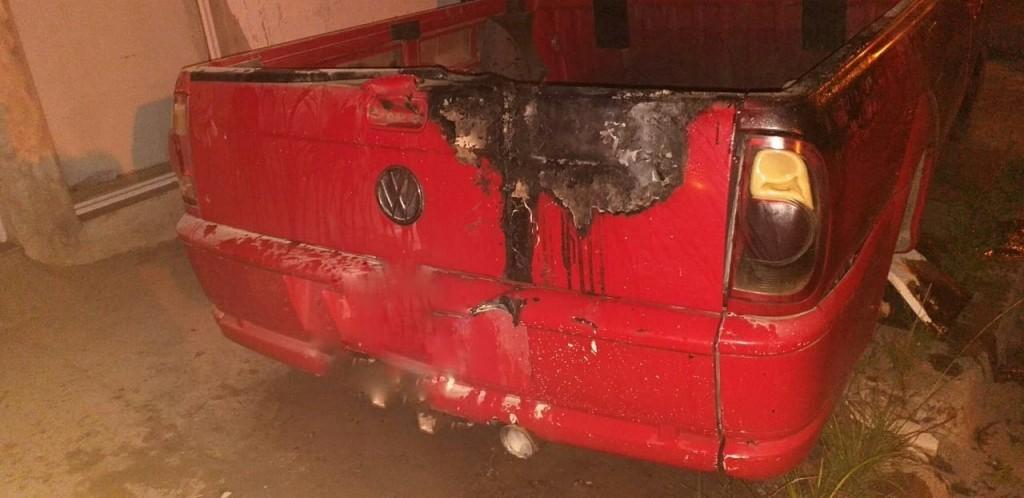 Foco ígneo sobre  una camioneta Volkswagen Saveiro.