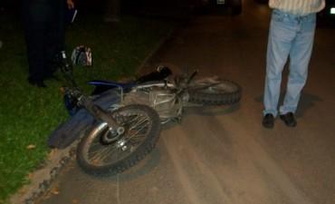 Automóvil embiste a una moto en calle Belgrano