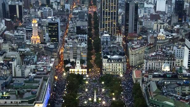 Multitudinaria marcha a la Plaza de Mayo para homenajear a Nisman y pedir justicia