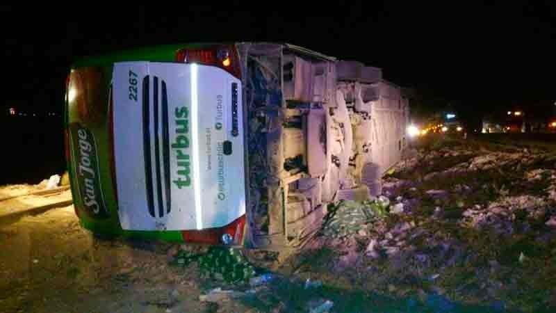 Tragedia en Mendoza: al menos 13 muertos al volcar un micro que iba a Chile