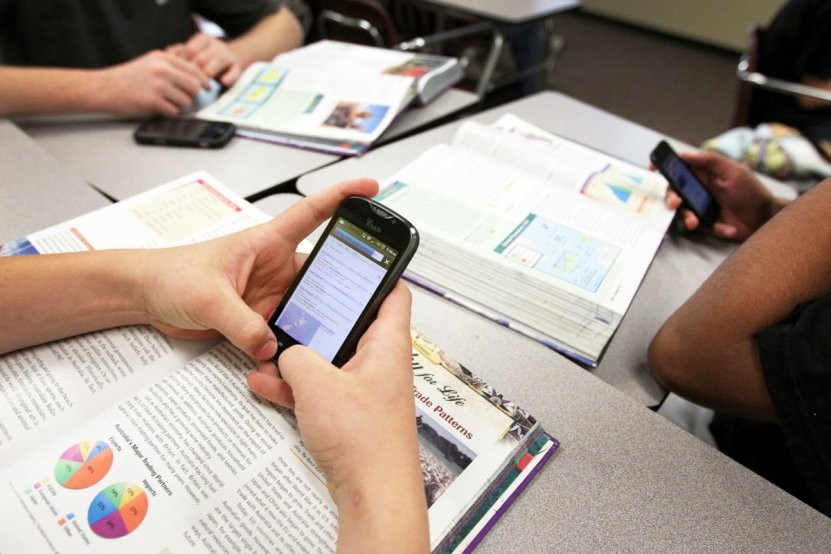 Vuelve la duda: ¿está bien que los niños lleven celular a la escuela?