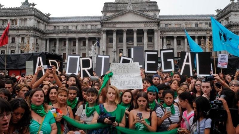 El debate por el aborto: Los funcionarios que están a favor y en contra