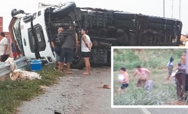 Vecinos saquearon un camión con útiles escolares que había volcado